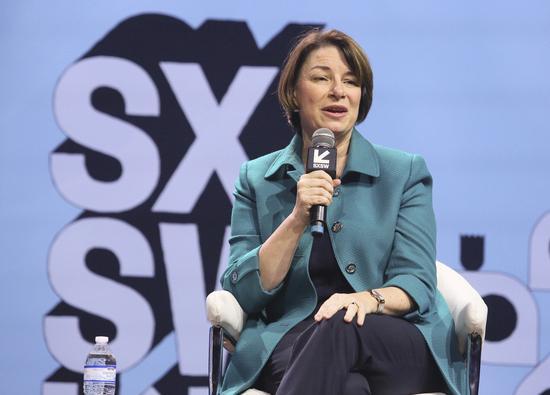 明尼苏达州国会参议员爱咪·柯洛布查(Amy Klobuchar)被视为中间派,但尚未获得足够支持。 美联社