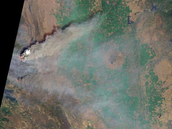 今年8月加州「门多西诺复合大火」肆虐时, NASA也使用「测地8号」陆地成像仪拍摄地表影象。 图撷自NASA
