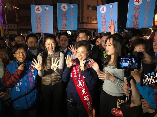 高雄市长韩国瑜女儿韩冰(右一)、立委许淑华(右三)今晚到台中天津年货大街,陪国民党立委候选人沈智慧(右二)逛街。韩冰说,沈智慧与韩市长是立法院的老朋友,希望立法院有更多朋友让台湾更好。记者洪敬浤/摄