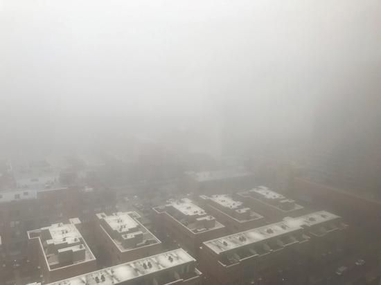 新一波冷鋒過境,芝加哥7日一早大霧瀰漫,氣溫從傍晚開始將急降逾50度。(特派員黃惠玲/攝影)