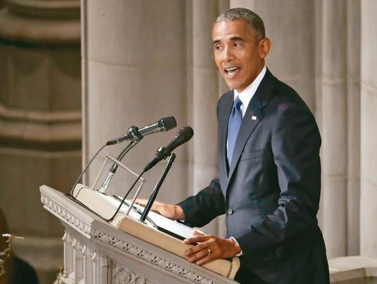 美國前總統歐巴馬在追思禮拜上致悼詞。 美聯社