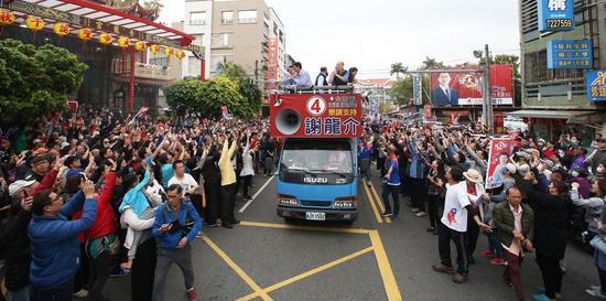 高雄市長韓國瑜三度到臺南幫謝龍介站臺助選,一起上街頭拉票,吸引大批民衆助陣。圖/聯合報系資料照片