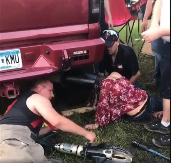 美国明尼苏达州一名少女参加「温斯托克音乐节」,头部卡进一台卡车的大排气管中。取自Billy Little脸书