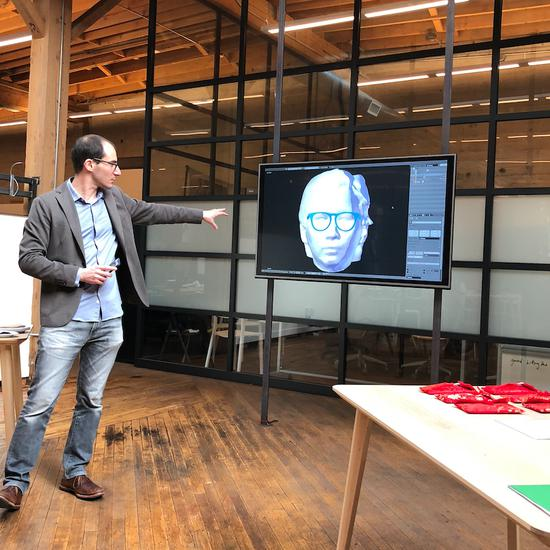 Eric展示Topology獲有專利的行動應用程式