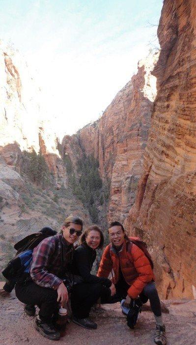 陳寶拉與兩個兒子在錫安國家公園旅行,左爲Jared Eng。(取自Chin臉書)