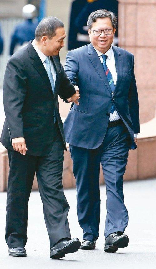 新北市長侯友宜(左)與桃園市長鄭文燦今天舉行「侯鄭會」,雙方針對捷運、觀光、防疫等共同議題進行討論。圖爲兩人先前出席
