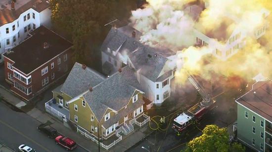美國麻州波士頓北郊13日發生天然氣爆炸引發的連串火災意外,造成至少4人受傷送醫治療。美聯社