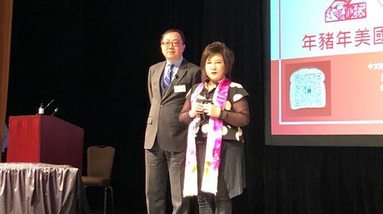 中文投资网创始人Warren王接受主持人周泺颁奖
