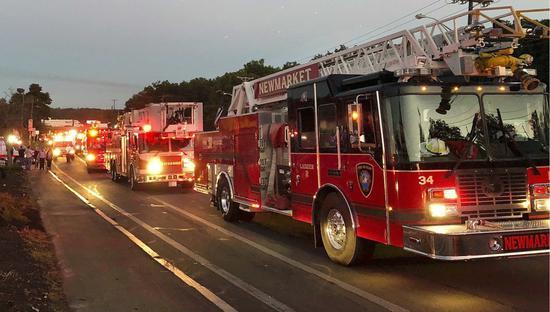 美國麻州波士頓北郊13日發生天然氣爆炸引發的連串火災意外,消防隊趕赴救火。美聯社
