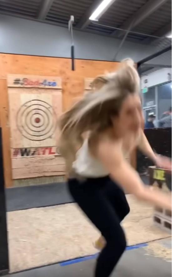 美国女子与男友玩掷斧头游戏,讵料斧头竟撞靶反弹,如回力标一样向她飞去,幸她及时蹲下避开,没有受伤。图/翻摄自ig「ainsrae •」