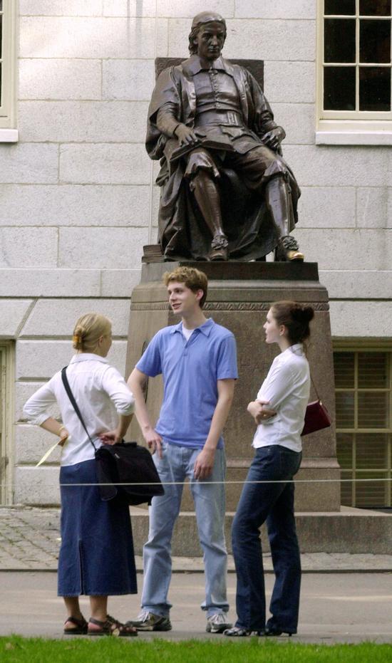 研究发现,哈佛录取的白人学生,43%是特咖招募的运动健将、校友子女、教职员子女,或是父母、亲戚曾捐款给哈佛。图为哈佛学生在校园聊天。图片来源/Getty Images