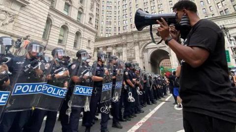 """紐約警局清場""""佔領市政廳""""示威團體 雙方激烈對峙"""