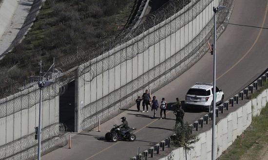 图为加州圣地牙哥与墨西哥的边界围墙。 美联社
