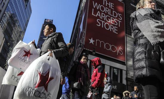 宾州购物中心抢购者大打出手,也有人封商场抗议。图/世界日报提供