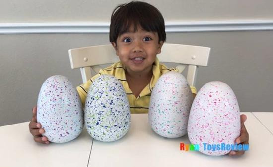 7岁网红莱恩(Ryan)担任主角的玩具评鉴频道「莱恩玩具评论」(Ryan Toys Review),年收入达2200万美元,让其他YouTube网红相形失色。图截自YouTube