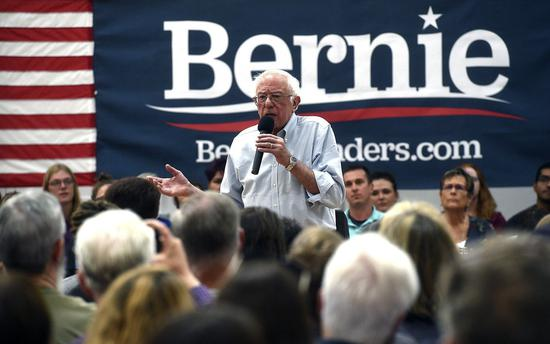 民主黨總統參選人桑德斯30日宣佈旨在縮小企業收入差距的「收入不平等」計劃,要求對執行長的薪資高於員工中位收入50倍以上的企業,至少加徵0.5%的罰稅。 美聯社