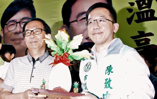 圖爲前總統陳水扁(左)3月時出席兒子陳致中(右)參與民進黨高雄市議員黨內初選的造勢晚會。(中央社檔案照片)
