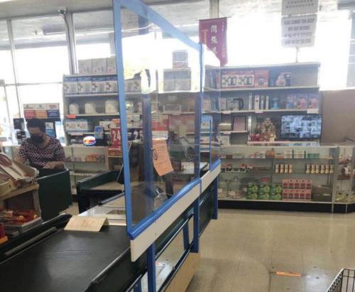 超市收銀臺都有透明的遮板,圖爲一家越南超市。