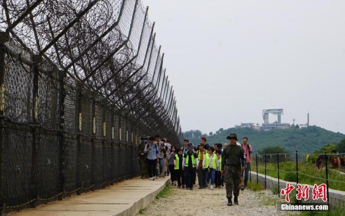資料圖:2019年,韓國向公衆開放非軍事區徒步遊,圖爲遊客正在體驗徒步遊,步道周圍鐵絲網環繞。中新社記者 曾鼐 攝