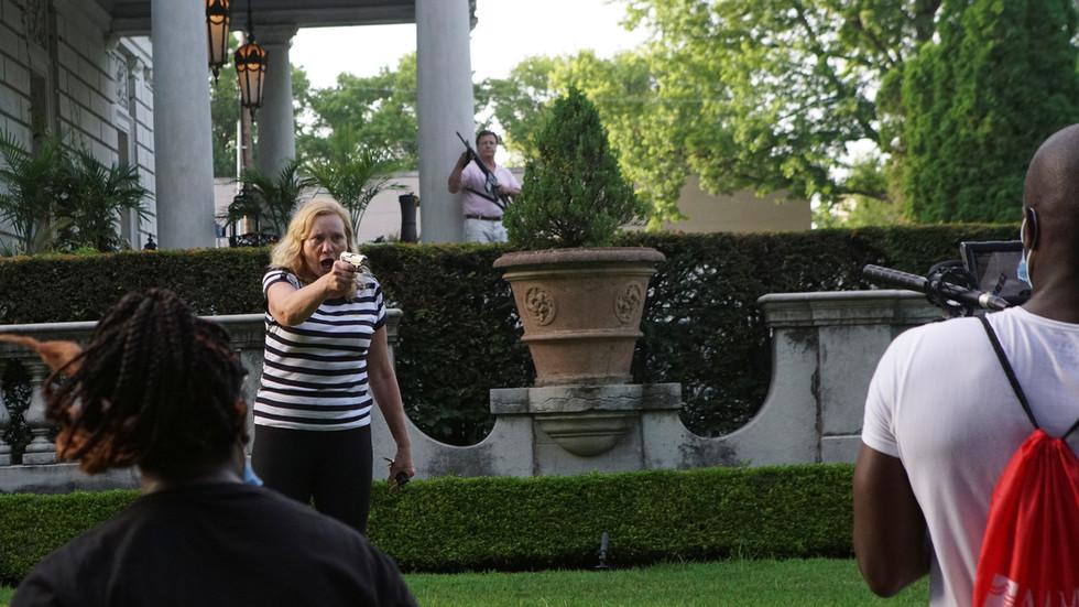 美国密苏里州,一对白人夫妇试图用枪驱赶抗议者 图源:RT