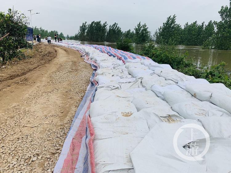 ▲7月13日,江西九江市江洲鎮,20多公里堤壩上堆滿用於抗洪的沙袋。攝影/上游新聞記者 時婷婷