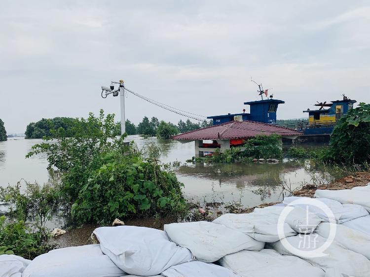 ▲7月13日,江西九江市江洲鎮,水位超過警戒線3.3米,江邊的亭子已被淹沒大半。攝影/上游新聞記者 時婷婷