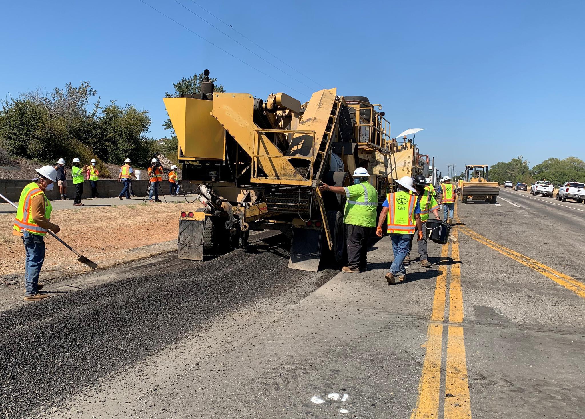 """加州運輸局打造""""塑料公路的現場""""。圖片由加州運輸局提供"""