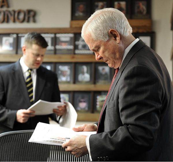 圖爲擔任前國防部長羅伯特·蓋茨特別助理期間的麥卡錫(圖中遠處者)