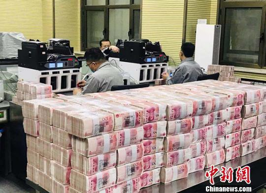資料圖:銀行點鈔員在工作。艾慶龍 攝