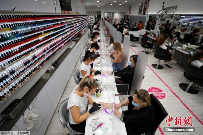 當地時間5月18日,意大利羅馬一家美髮店內,大量顧客前來做指甲護理。
