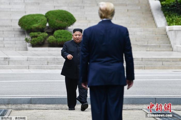 資料圖:2019年6月30日,美國總統川普與朝鮮最高領導人金正恩在韓朝非軍事區見面。