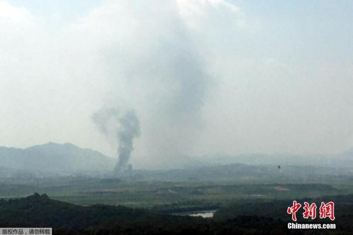 資料圖:當地時間6月16日,朝韓聯絡辦公室所在地的朝鮮開城工業園內升起一股濃煙。韓國統一部證實,位於朝鮮開城工業園內的朝韓聯絡辦公室被爆破。