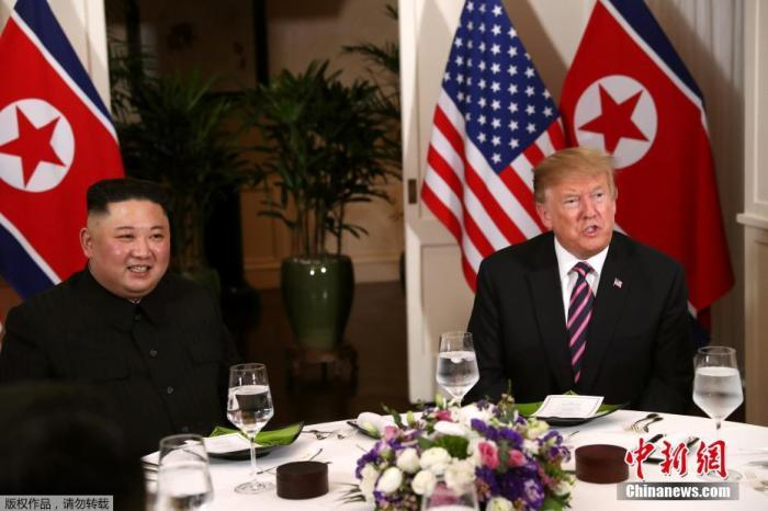 資料圖:2019年2月27日,第二次朝美首腦會晤在越南河內舉行。圖爲川普與金正恩兩人共進晚餐。