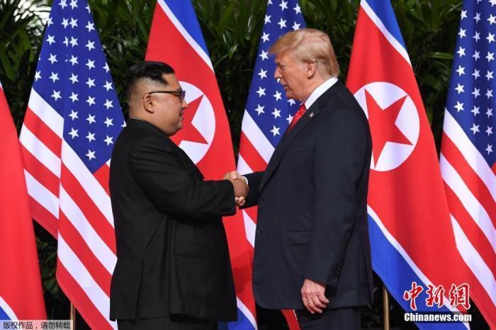 資料圖:2018年6月12日,朝鮮最高領導人金正恩與美國總統川普在新加坡嘉佩樂酒店舉行首次會晤。