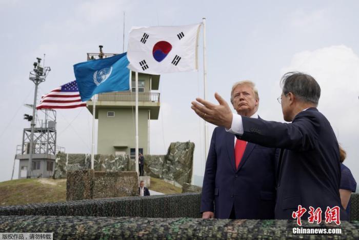 資料圖:2019年6月30日,正在韓國訪問的美國總統川普,在韓國總統文在寅陪同下,來到朝韓非軍事區。