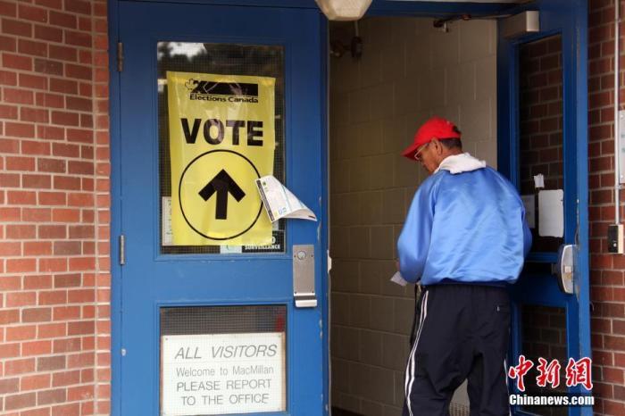 資料圖:加拿大一位選民進入多倫多的一處投票站投票。中新社記者 餘瑞冬 攝