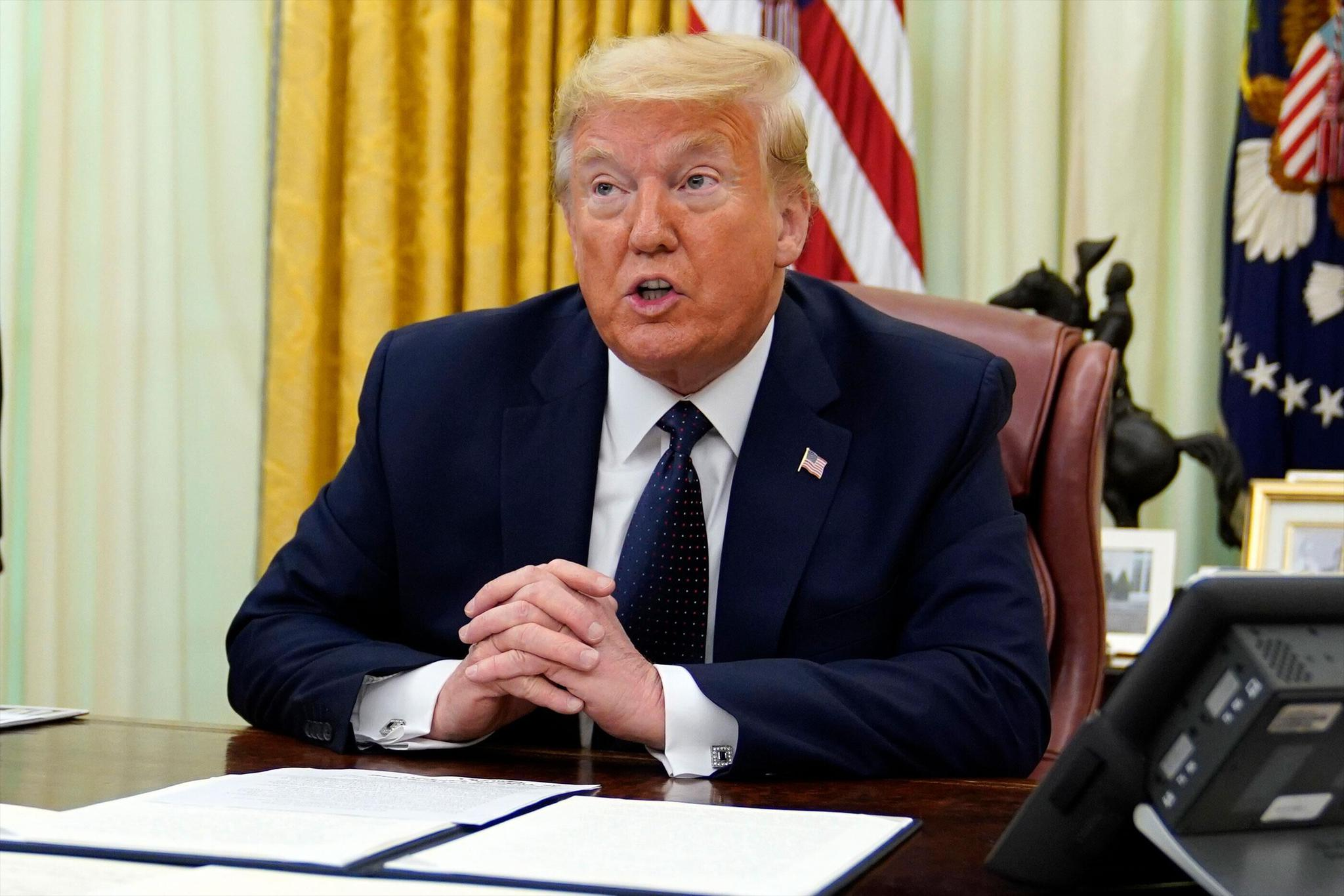 (川普28日在白宮接受採訪。圖源:美聯社)