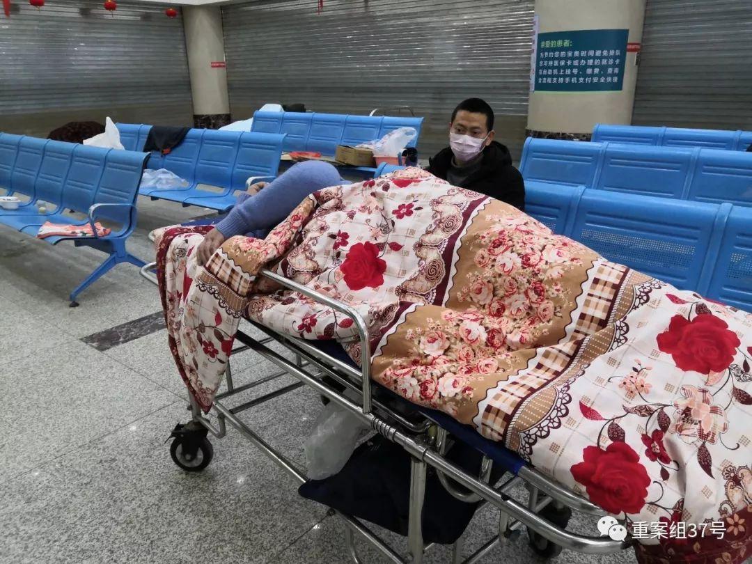 ▲2月8日,武漢普愛醫院,一位沒有牀位的確診患者正在吸氧,牀下是氧氣袋。
