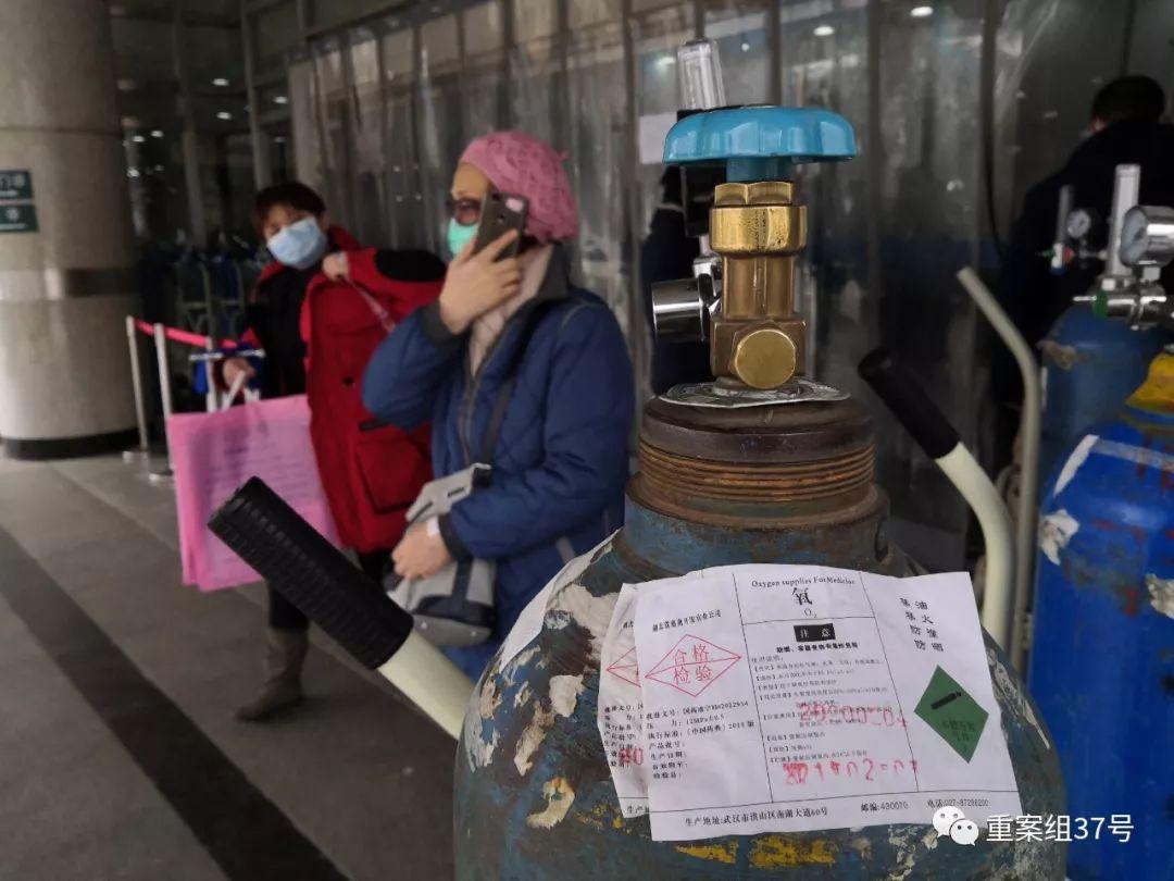 ▲2月7日,武漢同濟醫院發熱門診,一位患者正從空氧氣瓶前走過。