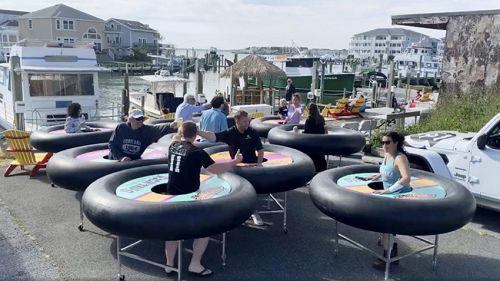 马里兰州有间海鲜餐厅发明「社交距离碰碰桌」,每个顾客都要套上移动式餐桌。