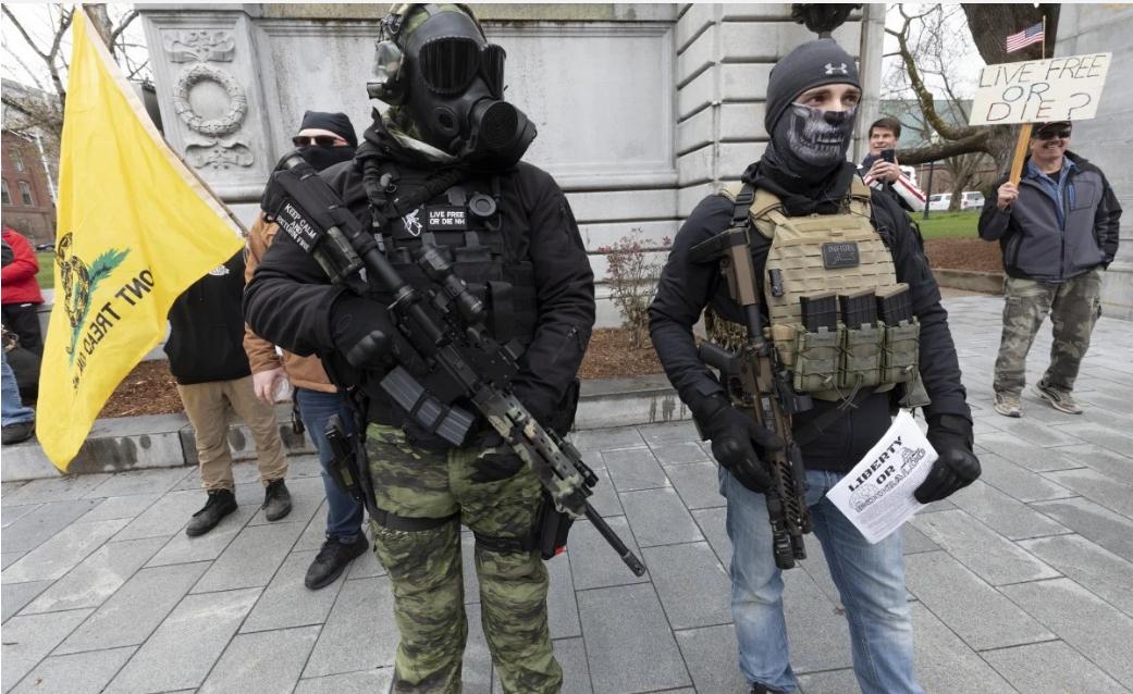 """新罕布什州部分持槍抗議""""封城""""的示威者,圖源:美聯社"""