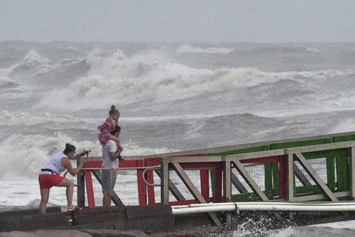 飓风汉娜侵袭美国德州,仍有民众不畏危险在海边观浪。