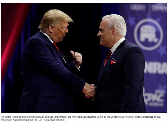 川普和施拉普握手。來源:路透社