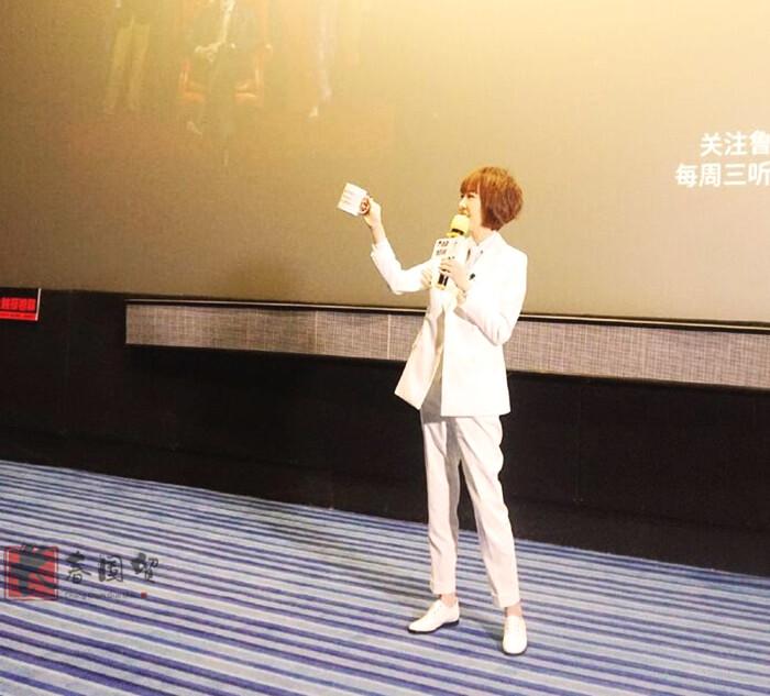 49歲主持人魯豫近照曝光,一身白西裝出席活動(組圖)